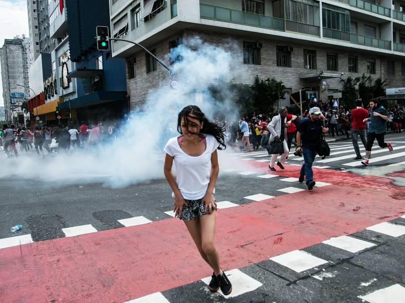 Estudantes entram em confronto com a Polícia Militar durante manifestação, nesta sexta-feira (4) na rua da Consolação na região central de São Paulo, contra o fechamento das escolas e do plano de reestruturação do Governo de São Paulo