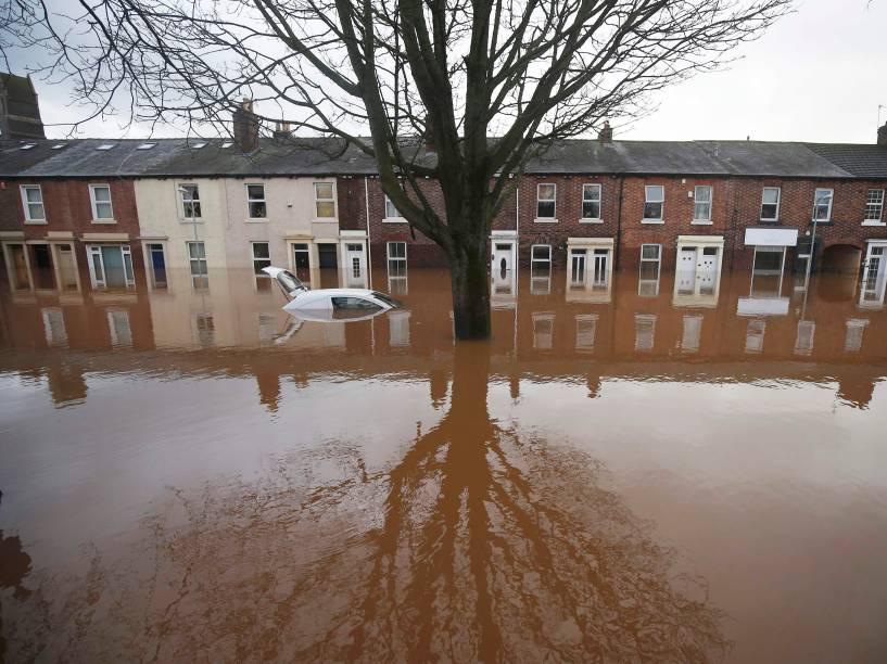 Graves inundações em Carlisle, no noroeste da Inglaterra, deixaram milhares de casas sem energia