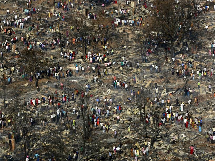 Moradores tentaram salvar pertences de barracos destruídos após incêndio em uma favela em Mumbai, na Índia. De acordo com a imprensa local, o fogo começou em um armazém e se espalhou para a favela, desencadeando uma série de explosões de cilindros de gás