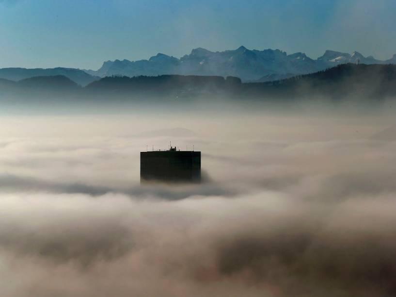 Topo do maior arranha céu da Suiça entre a neblina, em frente aos Alpes suiços, em Zurique