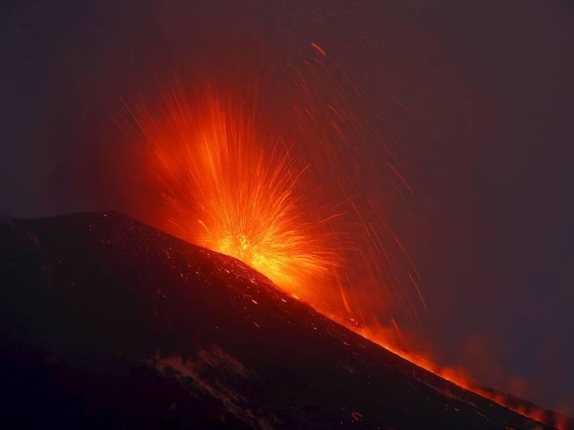 O monte Etna, maior e mais ativo vulcão europeu, expelindo lava na ilha de Sicília, Itália