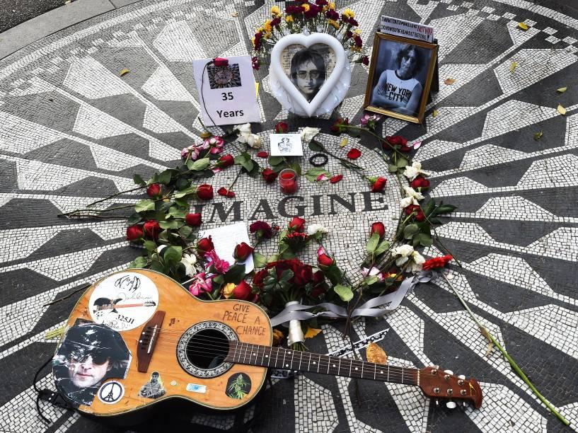 Flores deixadas no mosaico Imagine, em memória de John Lennon, na seção Strawberry Fields do Central Park de Nova York (EUA). O ex-Beatle foi assassinado há 35 anos, no dia 8 de dezembro de 1980