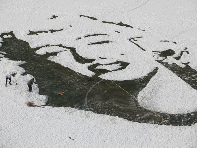 Estudantes universitários criaram uma imagem de Marilyn Monroe, retirando a neve de um campo de futebol, em Changchun, província de Jilin, na China
