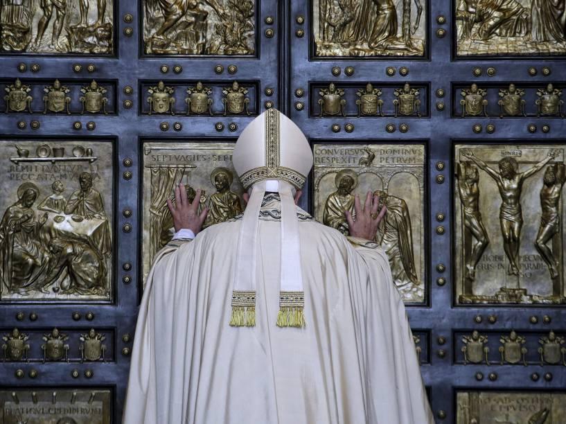 Papa Francisco abre a Porta Santa da Basílica de São Pedro, no Vaticano