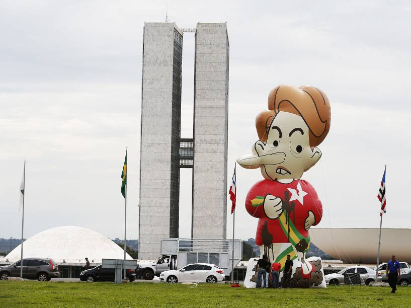 Manifestantes instalaram o boneco inflável (Dilmentira) da presidente Dilma Rousseff em frente ao Congresso Nacional, em Brasília (DF)