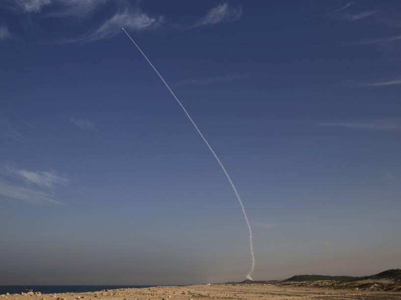 Conhecido como Domo de Ferro, o Arrow 3 é lançado por militares israelenses nos arredores de Ashdod. O míssil balístico foi feito com o objetivo de reforçar o sistema de defesa aérea - 10/12/2015
