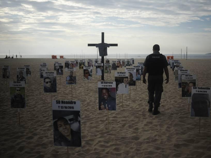 ONG Rio de Paz faz uma homenagem, na manhã desta quinta-feira (10), em Copacabana, na Zona Sul, aos 61 policiais militares que morreram no Rio este ano, sendo 21 deles em serviço