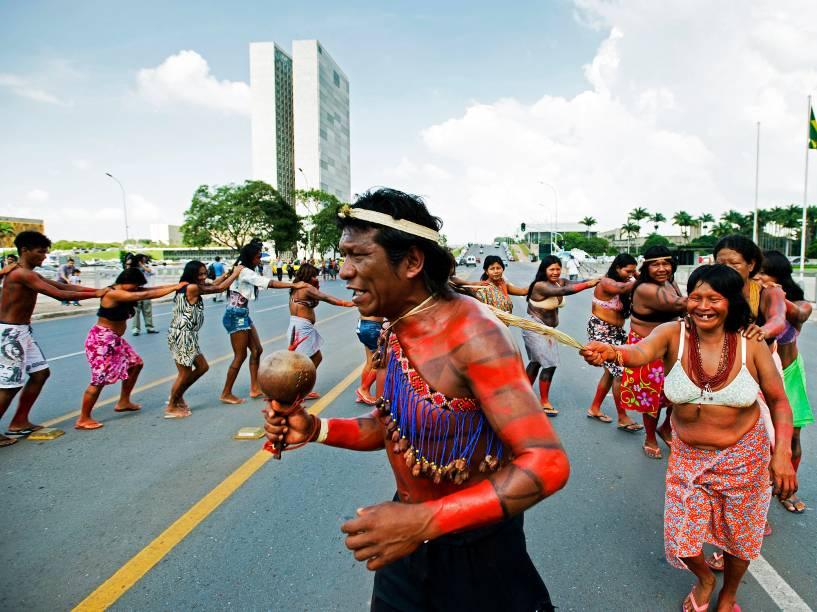 Índios protestam em frente ao Palácio do Planalto contra a aprovação da PEC 215 em Comissão Especial da Câmara dos Deputados, em Brasília