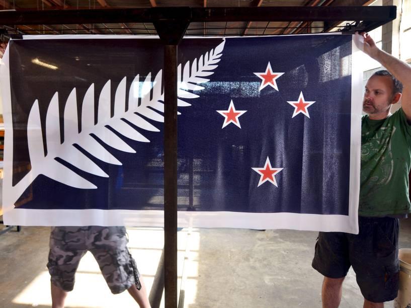 Funcionários de uma fábrica penduraram o que pode ser nova bandeira nacional da Nova Zelândia, em Auckland. A bandeira atual leva a Constelação do Cruzeiro do Sul e inclui no topo uma referência ao Reino Unido, antigo colonizador do país. O comitê responsável pelo novo desenho recebeu 10.292 sugestões