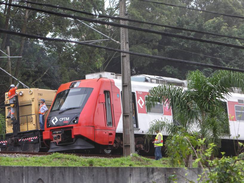 Queda de árvore bloqueia trecho da linha 9-Esmeralda da CPTM, na zona sul de São Paulo, na manhã desta quinta-feira - 17/12/2015