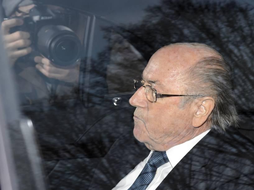 O presidente suspenso da Fifa, Joseph Blatter, chega para ser ouvido pelo Comitê de Ética da entidade em Zurique, na Suíça - 17/12/2015