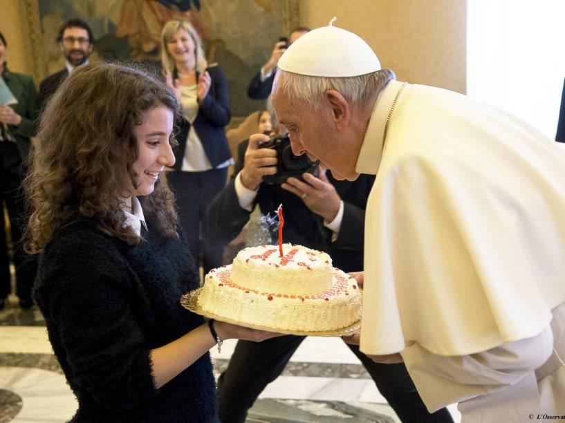 Durante audiência com participantes da Ação Católica italiana no Vaticano, Papa Francisco ganha bolo de aniversário em comemoração aos 79 anos de vida - 17/12/2015