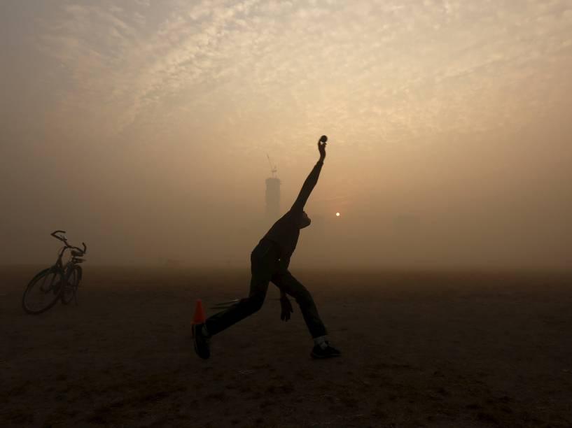 Em Calcutá, na Índia, garoto é fotografado enquanto brinca em um parque público em meio a forte neblina - 30/12/2015
