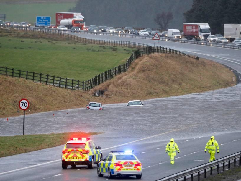 Carros submersos são vistos na rodovia M74 perto de Abington, no sul de Lanarkshire, na Escócia - 30/12/2015