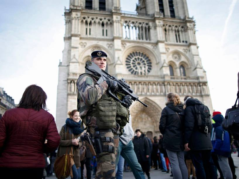 Soldado patrulha a catedral de Notre Dame, em Paris, França. A segurança no país foi reforçada para a época de festas temendo novos ataques à capital francesa - 30/12/2015