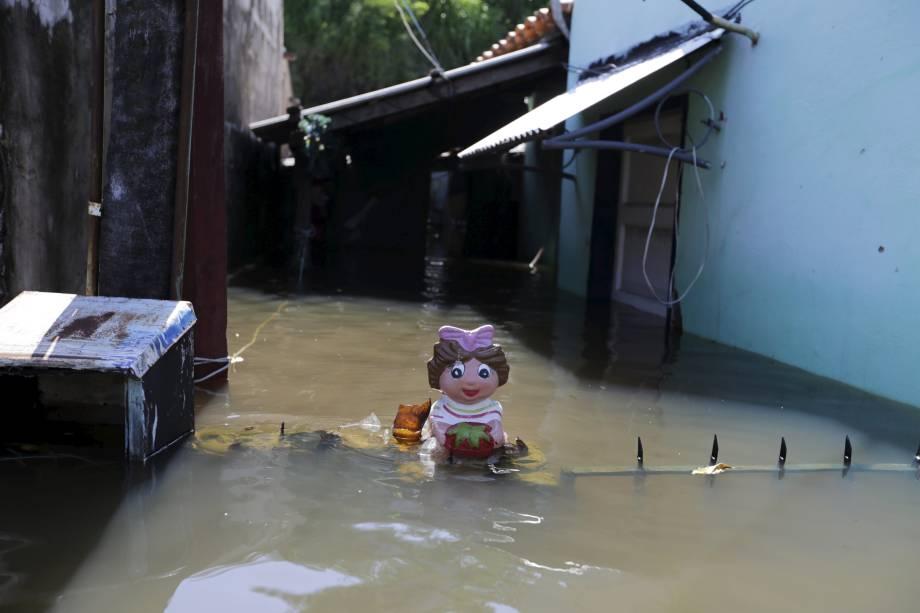 Boneca de plástico em frente a uma casa inundada em Assunção, Paraguai - 30/12/2015