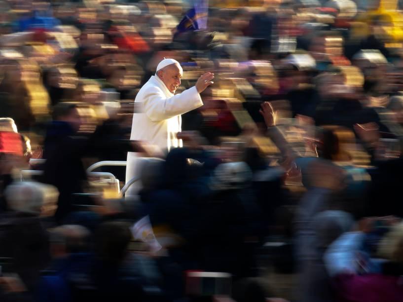 Papa Francisco acena ao chegar para a audiência semanal na praça de São Pedro, no Vaticano - 30/12/2015