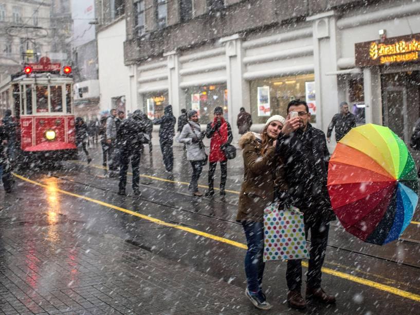 Casal tira fotos da neve em frente à rua Istiklal, em Istambul, na Túrquia - 30/12/2015