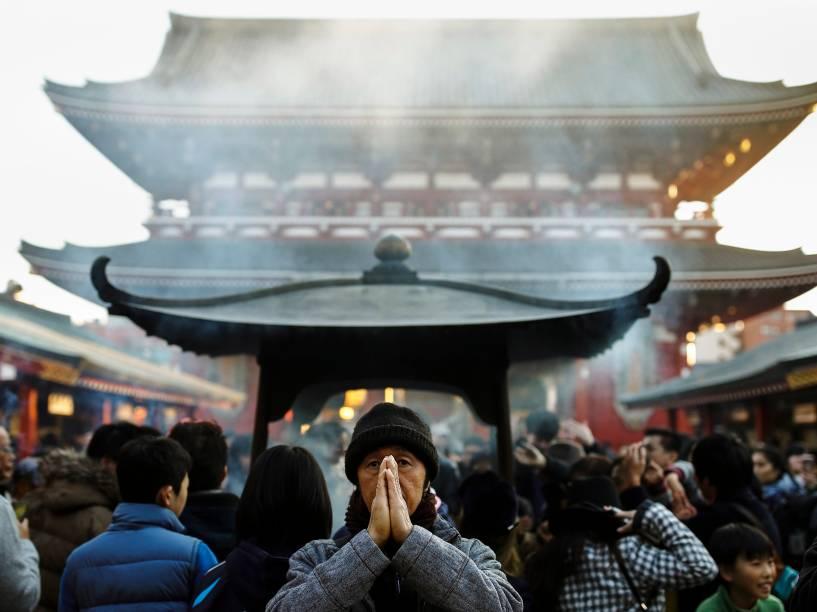 Homem reza próximo ao templo Sensoji, em preparação para a chegada do ano novo, em Tóquio, Japão - 30/12/2015