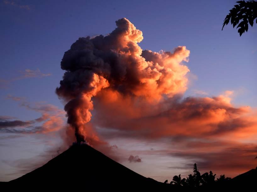 Monte Soputan expele cinzas para a atmosfera durante erupção vista a partir da vila Silian, norte das ilhas Celebes, na Indonésia - 05/01/2016