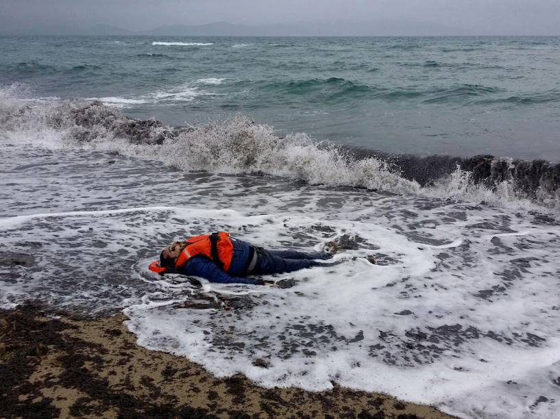 Corpo de um refugiado é encontrado após naufrágio no mar Egeu no distrito de Dikili de Izmir, na Turquia - 05/01/2016