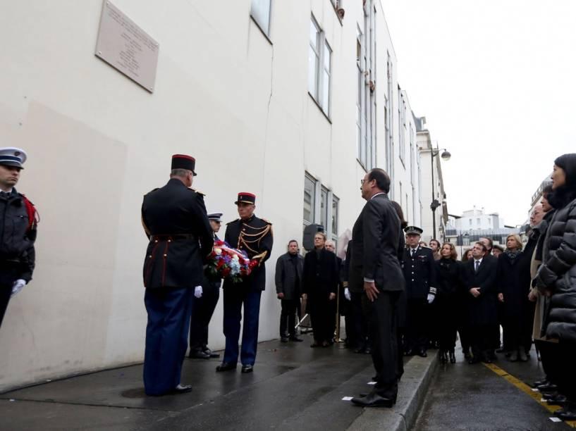 O presidente francês, François Hollande, participa de uma homenagem em frente ao antigo escritório do semanal satírico Charlie Hebdo em Paris. O local foi alvo de um ataque a tiros em janeiro de 2015