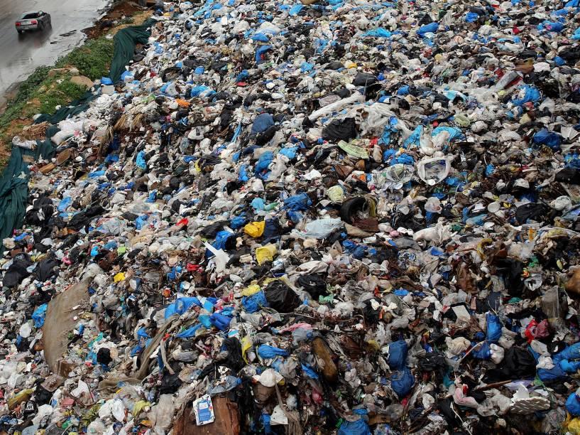 Montanha de lixo é vista à beira de uma estrada em Beirute, no Líbano - 05/01/2016