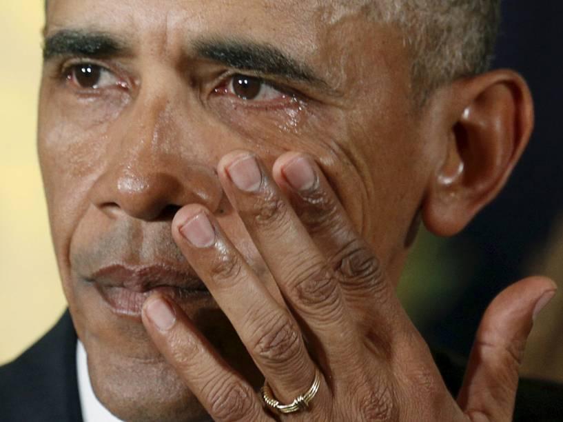 O presidente dos Estados Unidos, Barack Obama, chora ao falar sobre o massacre de Newtown ocorrido em 2012 e de outros assassinatos em massa durante evento para anunciar novas medidas de controle de armas, na Casa Branca, em Washington - 05/01/2016