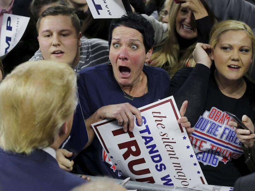 Mulher reage ao ver o candidato republicano à presidência dos Estados Unidos Donald Trump, durante evento de campanha em Lowell, Massachusetts - 05/01/2016