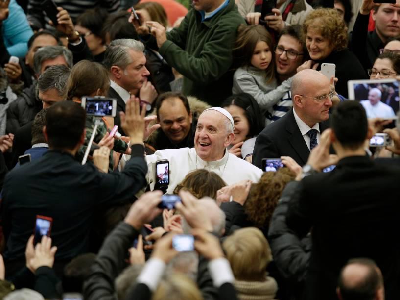 Papa Francisco saúda os fiéis na chegada para a audiência semanal na Sala Paulo VI, no Vaticano - 20/01/2016