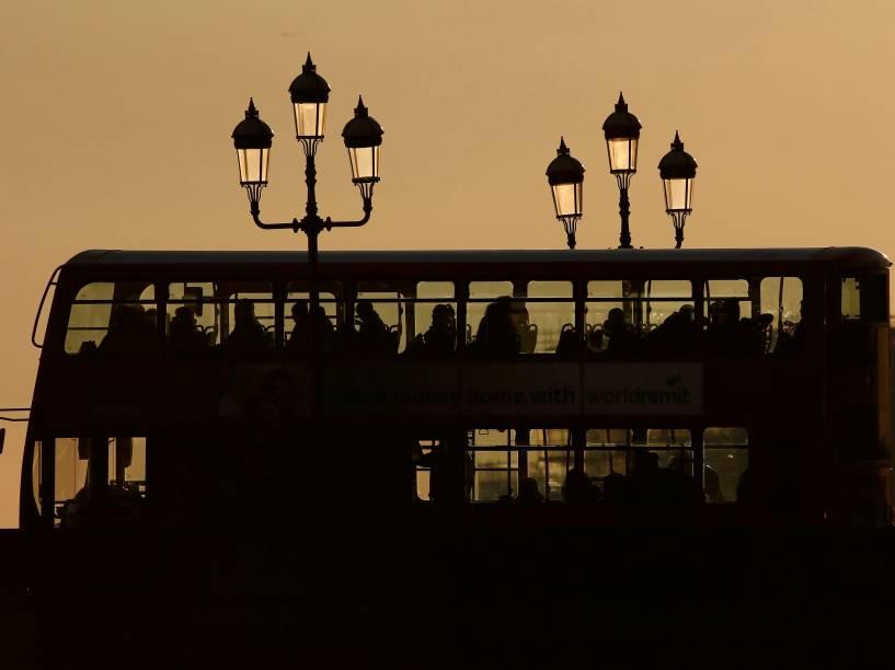 Passageiros viajam em um ônibus durante o pôr do sol em Londres, na Inglaterra - 20/01/2016