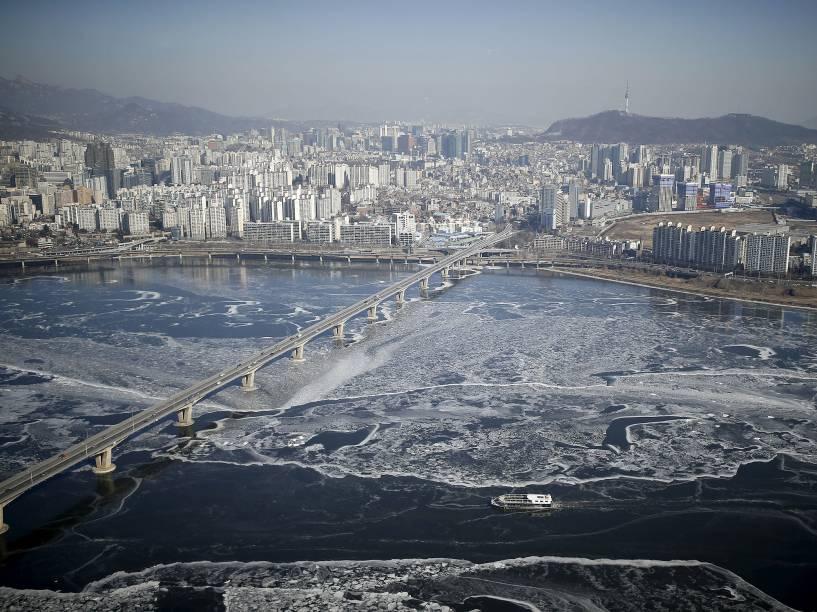 Imagem aérea do rio Han congelado, após onda de frio que atingiu a Coreia do Sul no último fim de semana