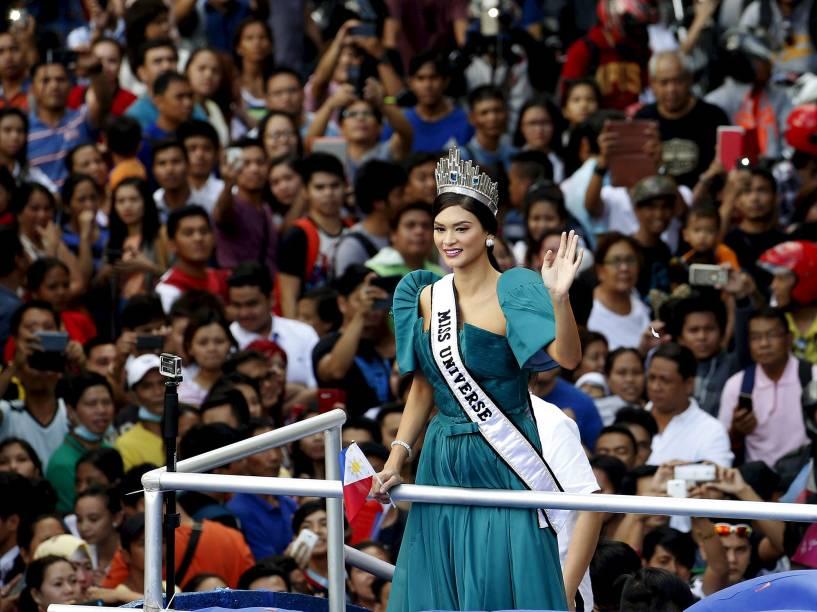 <br><br>Miss Universo 2015 acena para multidão em Manila, nas Filipina, nesta segunda-feira (25). Ela é a primeira do país em quatro décadas a ganhar o título
