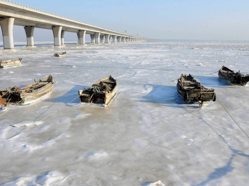 Barcos a remo ficam presos no gelo nas águas congeladas da Baía de Jiaozhou em Qingdao, na província chinesa de Shandong - 25/01/2016