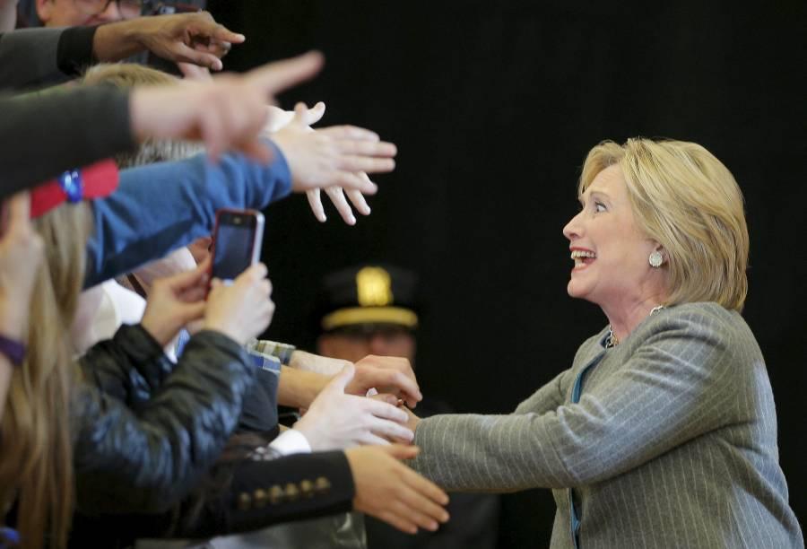 A pré-candidata democrata à Casa Branca Hillary Clinton acena a apoiadores no último discurso no Estado de Iowa um dia antes da primeira das votações prévias que vão definir os candidatos oficiais dos partidos, que acontece nesta segunda-feira (1º)