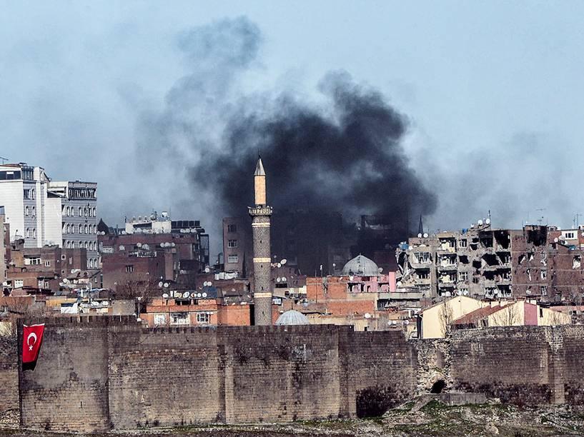 Na Turquia, fumaça é vista em Diyarbakir após confrontos entre rebeldes curdos e as forças do governo