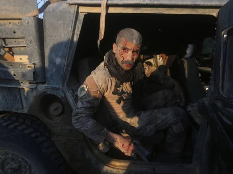 Membro do serviço de contra-terrorismo do Iraque senta-se em um veículo militar depois de ser ferido no combate contra jihadistas do grupo Estado Islâmico na área de al-Samariyah, a capital da província de Anbar. As forças iraquianas declararam vitória em dezembro na batalha na cidade de Ramadi depois de conseguir de volta o controle da região então dominada pelos terroristas