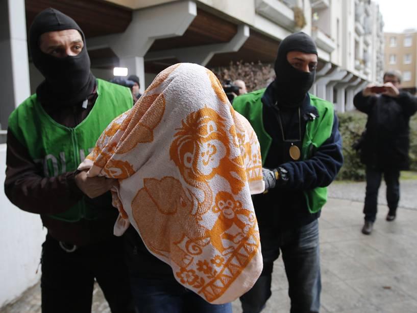 Policiais à paisana prenderam suspeitos de envolvimento com o EI, em Berlim