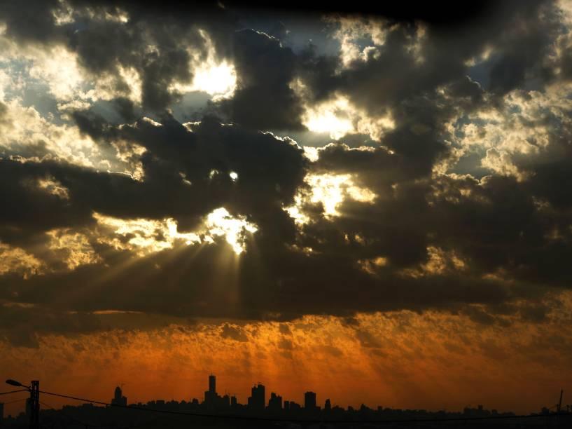 Pôr-do-sol, na capital libanesa Beirute, nesta sexta-feira (05)