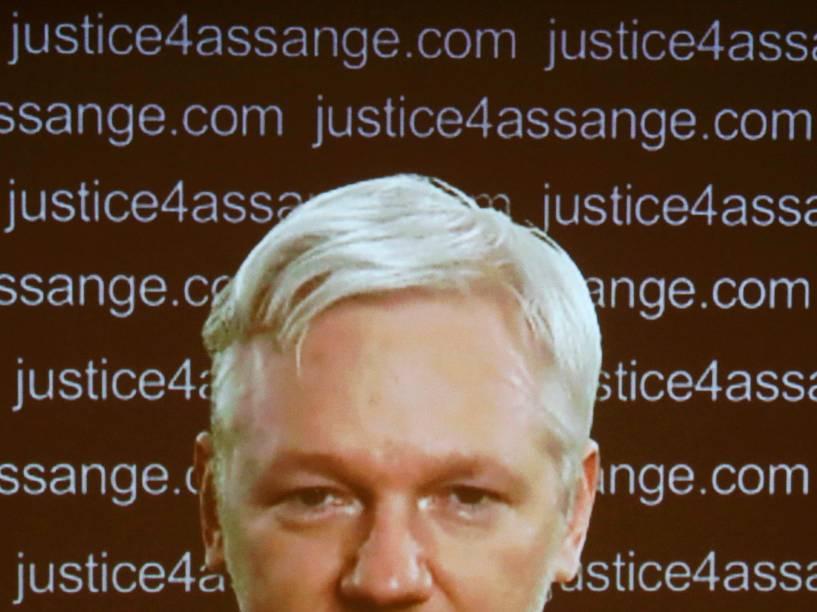Fundador da Wikileaks, Julian Assange, aparece em vídeo durante coletiva de imprensa no Frontline Club, em Londres, nesta sexta-feira (05)