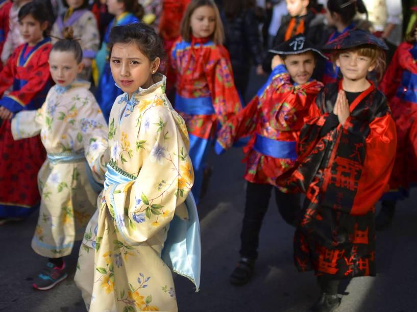 Crianças participam da celebração do Carnaval, em Bilbao, no norte da Espanha