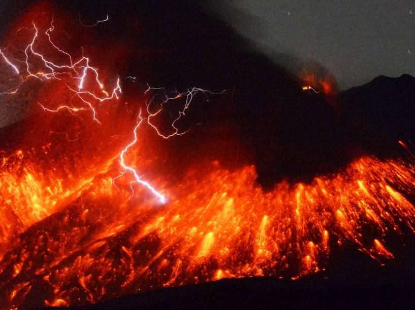 Raio vulcânico é visto na erupção do Monte Sakurajima, no sudoeste do Japão