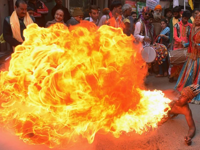 Artista cospe fogo durante procissão para celebrar o aniversário de 661 anos do nascimento do guru hindu Bawa Lal Dayal Maharaj em Amritsar, na Índia - 09/02/2016