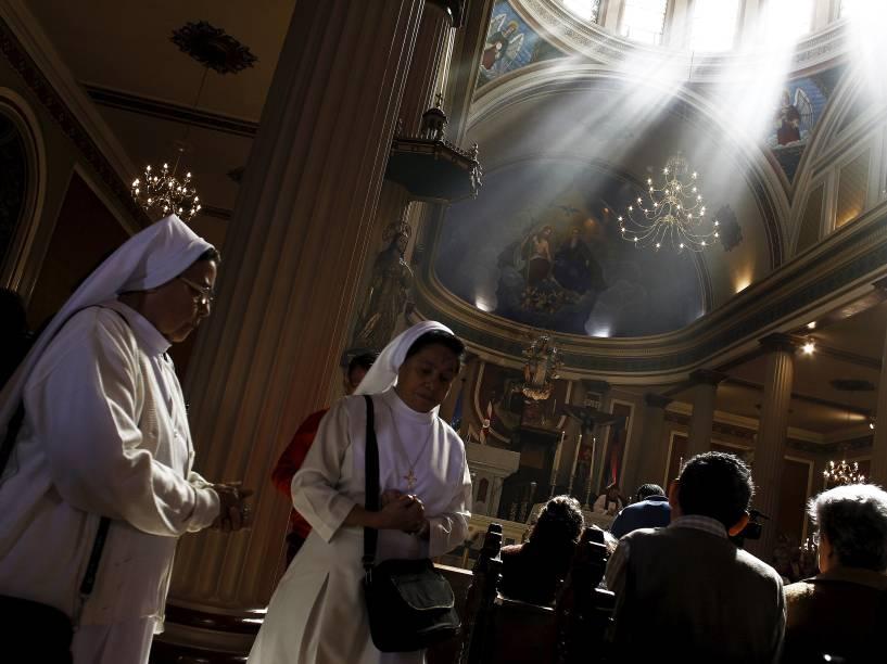 Freiras assistem missa de Quarta-Feira de Cinzas na Catedral Metropolitana, em San José, na Costa Rica. A celebração marca o início da quaresma, período dedicado à penitência que antecede à Páscoa dos católicos