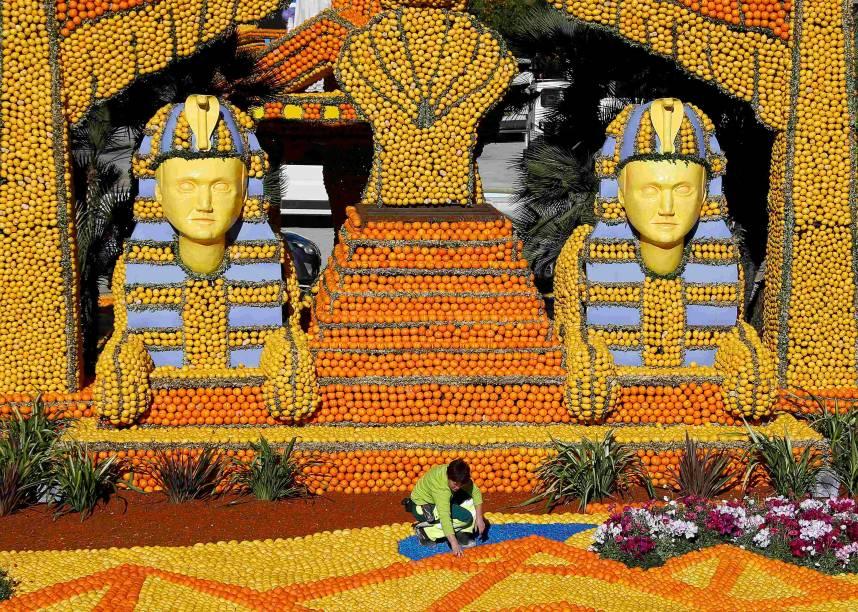 Trabalhador termina de construir uma réplica de um faraó gigante, feito com limões e laranjas, inspirado em uma cena do filme Cleópatra , durante o Festival de Limões,na cidade de Menton, na França