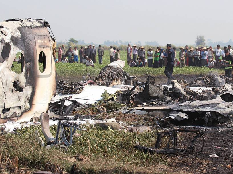 Em Mianmar, quatro pessoas morreram e uma ficou seriamente ferida. O avião caiu pouco depois da decolagem, e as causas do incidente serão investigadas