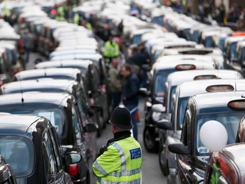 Taxistas fazem protesto contra o aplicativo Uber em Londres
