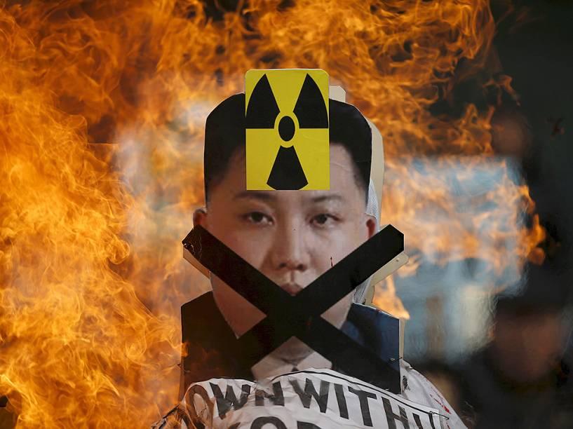 Recorte do rosto do líder norte-coreano, Kim Jong Un, é incendiado durante protestos contra a Coreia do Norte, em Seul, na Coréia do Sul