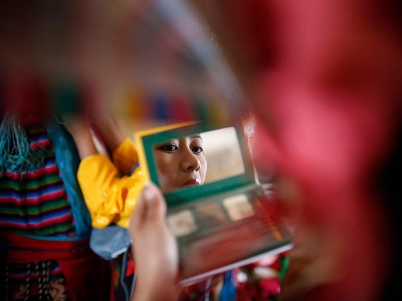 No Nepal, menina se prepara para as comemorações do Losar, o Ano Novo tibetano