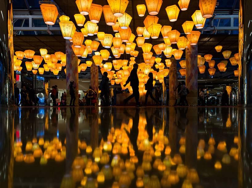 Pessoas andando sobre lanternas em exposição em um shopping center, em celebraçāo ao Ano Novo chinês, em Hong Kong, na China